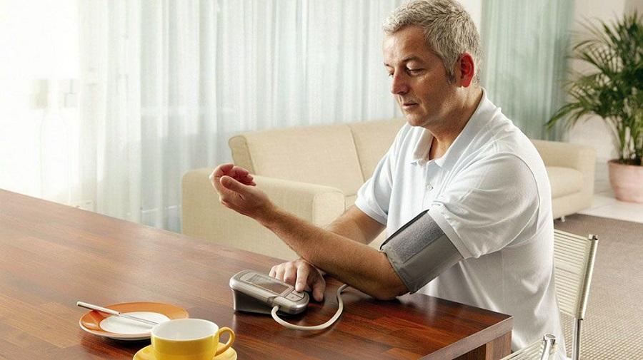 На какой руке мерять давление электронным тонометром