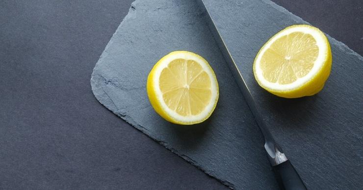 Кому противопоказана вода с лимоном на голодный желудок? Отвечают эксперты