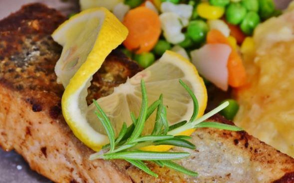 Диетолог Королева посоветовала есть рыбу и овощи для продления молодости