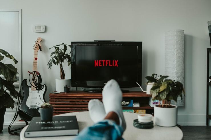 Почему засыпать перед телевизором плохо